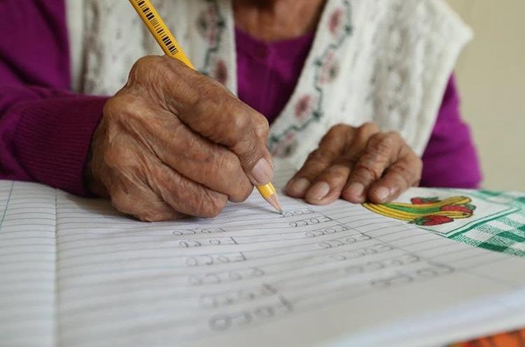 Matilde pone empeño para hacer bien las tareas que le asignan. (Foto Prensa Libre: Esbin García).