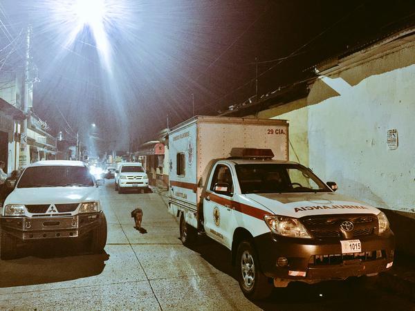 Los Bomberos Voluntarios atendieron el llamado de emergencia en Amatitlán y confirmaron la muerte del familiar del político. (Foto Prensa Libre: CVB)