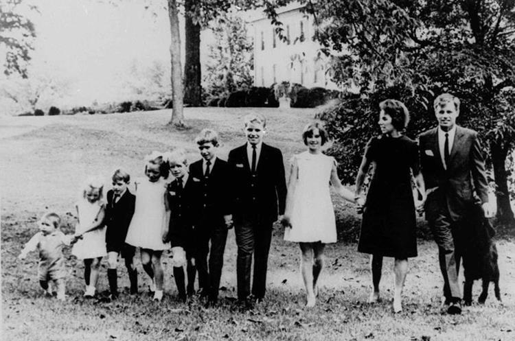 El senador Robert F. Kennedy y su familia en 1966. (Foto: AP)