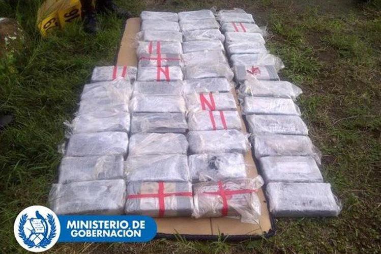 Algunos de los paquetes localizados con posible droga, en El Progreso, Jutiapa. (Foto Prensa Libre @mingobguate)