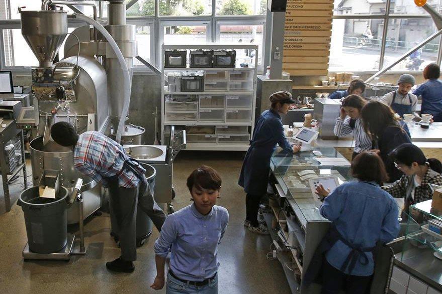 Trabajadores de una industra de cafe y frijoles en Tokyo, Japan. Los  empleados japoneses suelen dedicar muchas horas del día al trabajo. (Foto Prensa Libre: AP).