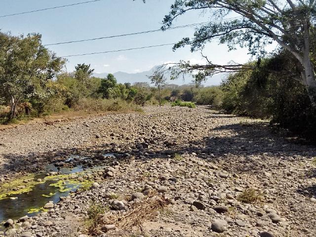El río La Virgen, en Oratorio, Santa Rosa, ha perdido su caudal debido a los efectos de la sequía y al uso desmedido del agua. (Foto Prensa Libre: Oswaldo Cardona).
