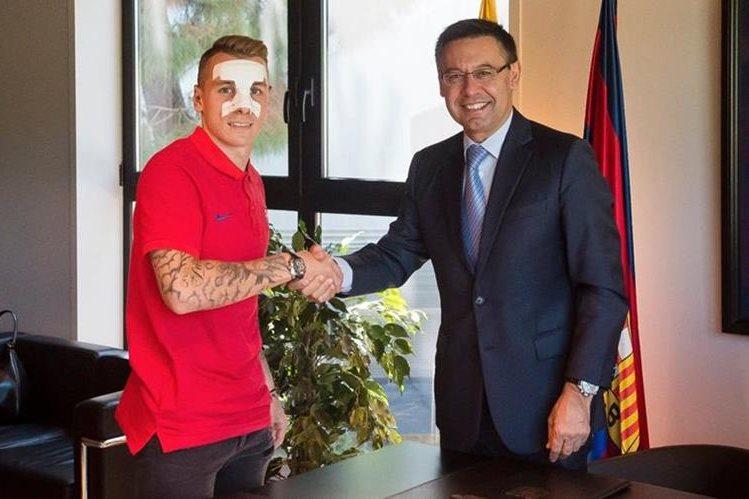 El presidente del FC Barcelona, José María Bartomeu le dio la bienvenida a Lucas Digne en las instalaciones del equipo. (Foto Prensa Libre: FC Barcelona)