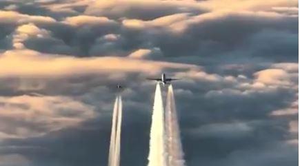 Momento en que el Boening 777 es escoltado en los cielos alemanes. FACEBOOK