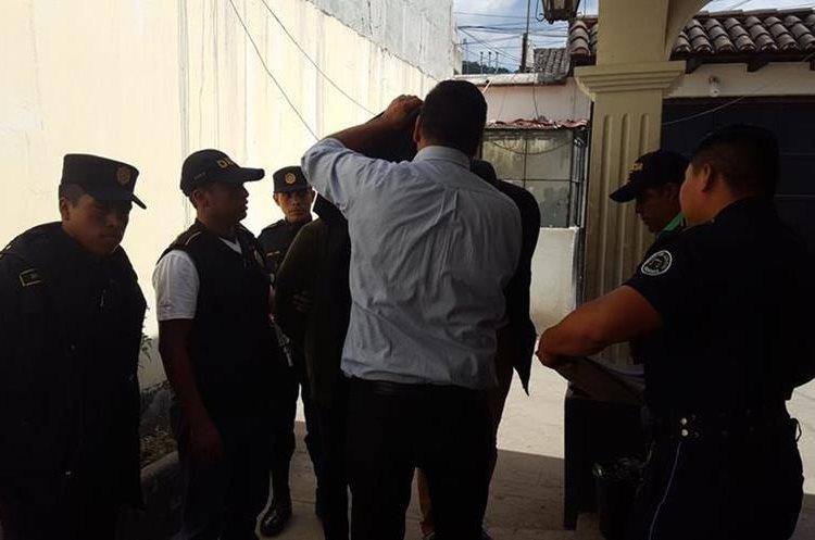 Los dos señalados fueron llevados al juzgado de Antigua Guatemala. (Foto Prensa Libre: Julio Sicán)