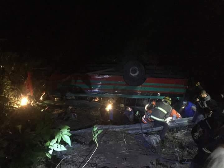 Bus de los transportes Humilde se accidentó en la vuelta de El Chilero. (Foto Prensa Libre: Dalia Santos)