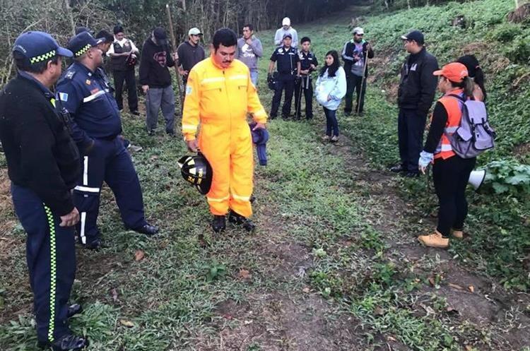 Parte del grupo de personas que ayudó en la búsqueda del niño. (Foto Prensa Libre: Tomada del Facebook PMT Villa Canales).