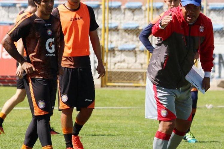 El técnico tico Ronald Gómez espera que sus nuevos dirigidos tomen la idea futbolística para el torneo Clausura 2017. (Foto Prensa Libre: Carlos Ventura)