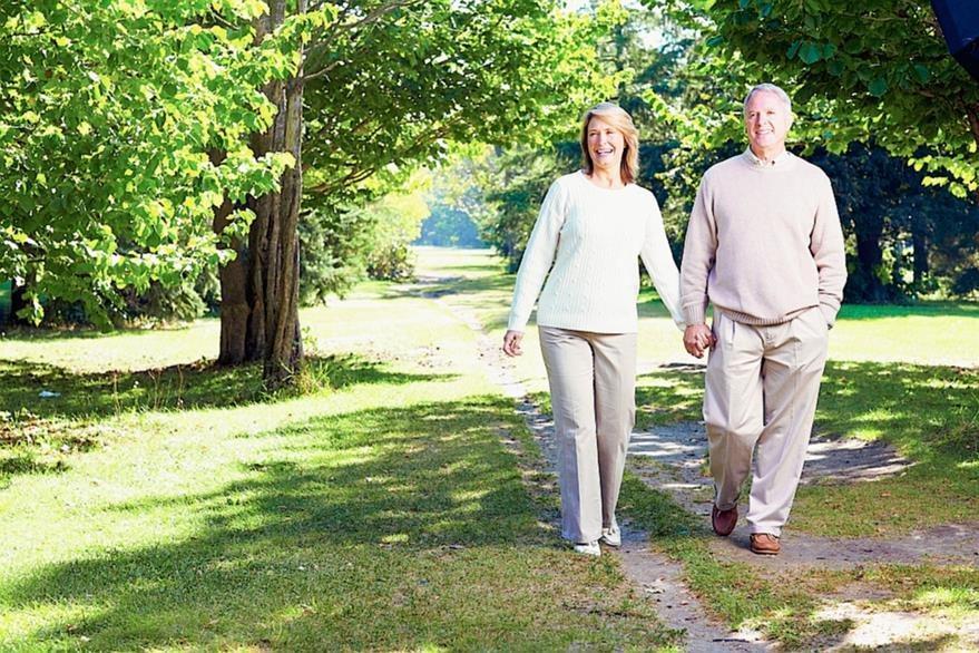 Según el estudio, las personas de entre los 40 a 50 años tienden a cargar el peso en la espalda cuando caminan.