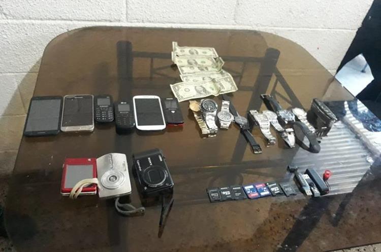 Teléfonos y efectivo que fue robado a turistas. (Foto Prensa Libre: Hemeroteca PL)