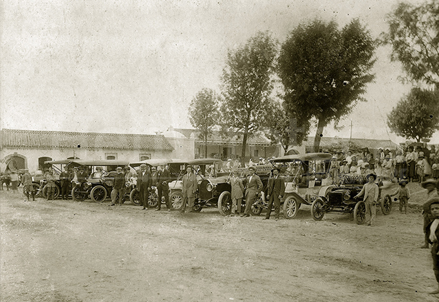 En 1910 había suficientes automóviles como para efectuar competencias. En la foto un grupo de autos en un evento frente a la Iglesia de Mixco. (Foto: Hemeroteca PL)