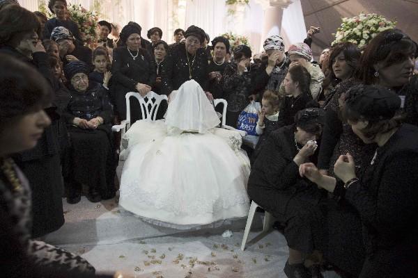 <span>Una novia</span> <span>judía</span> <span>rodeada de</span> <span>familiares durante</span> <span>su boda en Jerusalén. (AFP).</span>