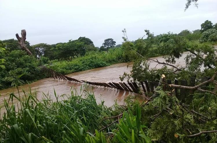Puente destruido en la comunidad La Tapa, Moyuta, Jutiapa. (Foto Prensa Libre: Cortesía Conred)