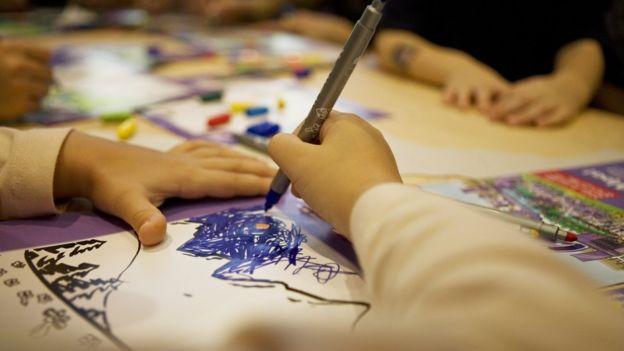 En el colegio los síntomas son más evidentes. Los niños con dispraxia pueden tener dificultades para agarrar bien el lápiz o escribir. GETTY IMAGES