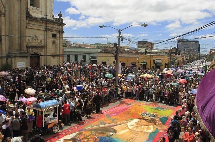 Chucho Callejero elaboró en el 2016 la alfombra que cerraba la procesión de la Reseña de Jesús Nazareno de la Merced. Medía 21 x 6 metros. (Foto, Hemeroteca PL)