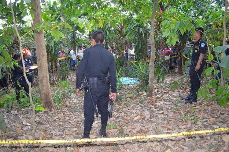 Policías observan el cuerpo del fletero Ambrosio Juárez. (Foto Prensa Libre: Jorge Tizol)
