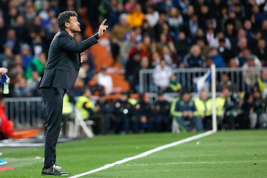 El entrenador del Barcelona, Luis Enrique Martínez, da instrucciones a sus jugadores en el partido ante el Real Madrid que ganaron el sábado 4-0. (Foto Prensa Libre: EFE)