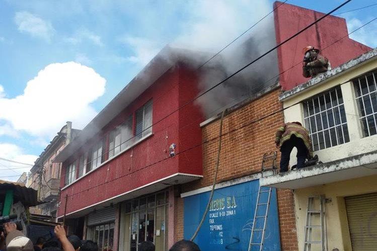El incendio ocurrió en una bodega de productos navideños. (Foto Prensa Libre: Álvaro Interiano)