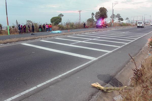 Lugar donde murió el motorista Mynor Darío Saj Cúmez, en Sumpango, Sacatepéquez. (Foto Prensa Libre: Víctor Chamalé)