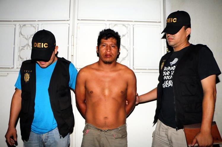 Efraín Oswaldo Aguilar García es trasladado a la Comisaría 34 de la PNC de Retalhuleu (Foto Prensa Libre Rolando Miranda)