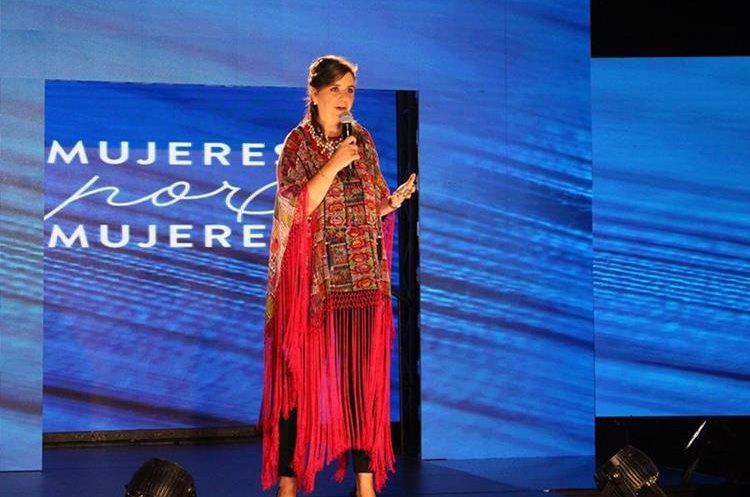 Fátima Rubio, Gerente de Asuntos Corporativos de PepsiCo en Caribe y Centroamérica, lució uno de los diseños elaborados para el Programa Mujeres por Mujeres. (Foto, Prensa Libre: Cortesía Pepsico).