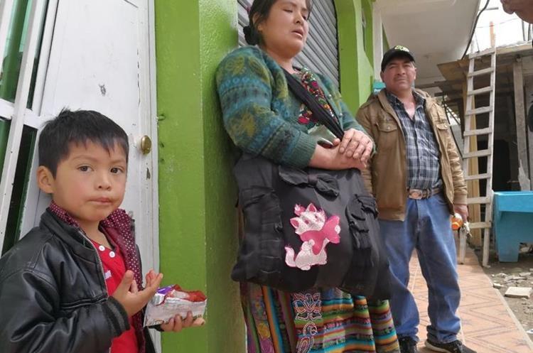 Cecilio Gómez y Juana Esteban comentan las precariedades que viven por el conflicto y esperan que les restablezcan el servio de agua potable.
