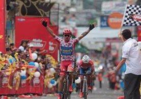 El costarricense Román Villalobos levanta los brazos festejando su ingreso en la meta en el parque central de San Pedro San Marcos. (Foto Prensa Libre: Carlos Vicente)