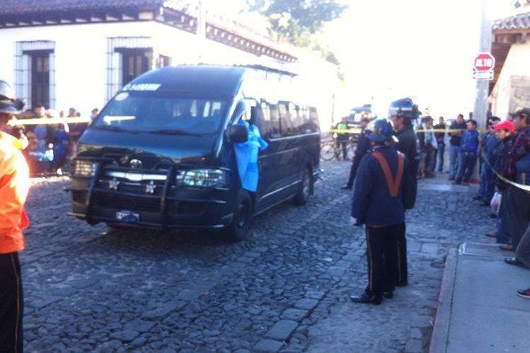Agentes de la PNC acordonan microbús donde murió un piloto atacado a balazos en Antigua Guatemala. (Foto Prensa Libre: Miguel López)