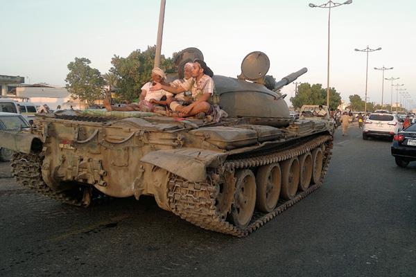 Fuerzas leales del presidente de Ymene, Abed Rabbo Mansour Hadi, patrullan Adén, ciudad a donde huyó el mandatario.