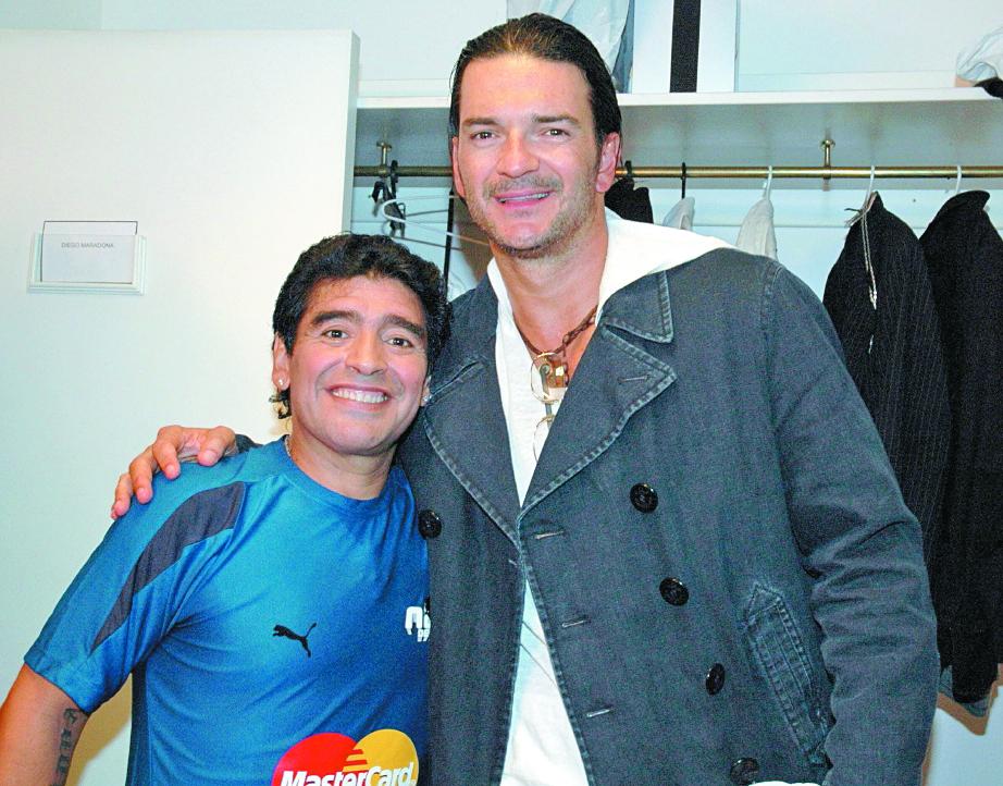 """El exfutbolista Diego Maradona invitó a Ricardo Arjona a participar en el programa """"La noche del diez"""", conducido por el argentino, en el 2005."""