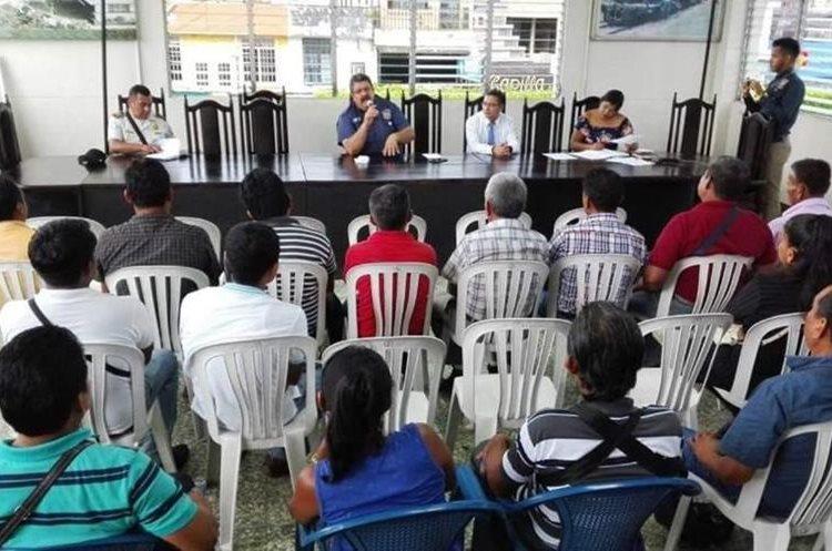 Autoridades se reunieron con pobladores y esperan tener una reunión con Energuate. (Foto Prensa Libre)
