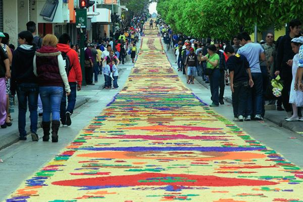 La alfombra elaborada hoy midió dos mil 300 metros. (Foto Prensa Libre: Edwin Bercián).