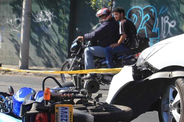 El hombre herido condujo la moto varios metros y chocó contra un vehículo que circulaba en esa dirección. (Foto Prensa Libre: Estuardo Paredes)