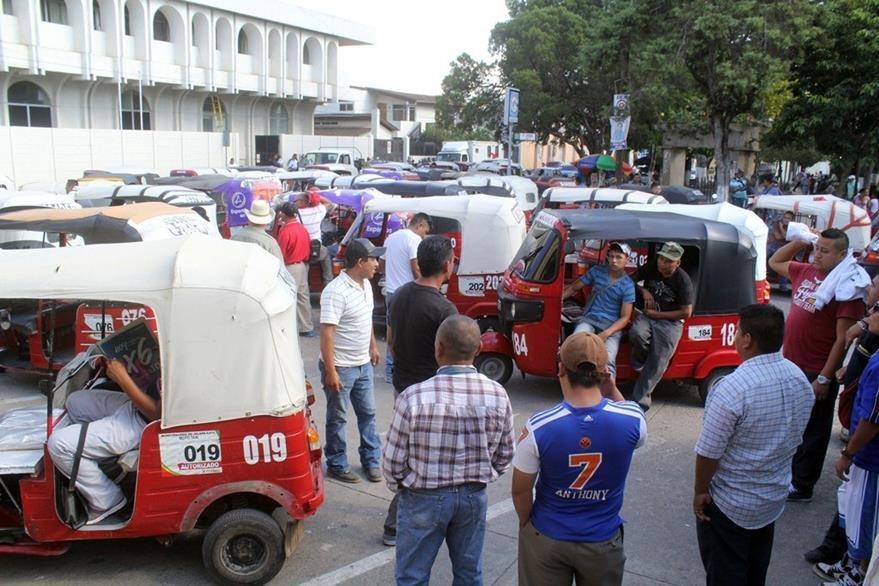 Protesta de pilotos frente a la comuna de Jalapa. (Foto Prensa Libre: Hugo Oliva).