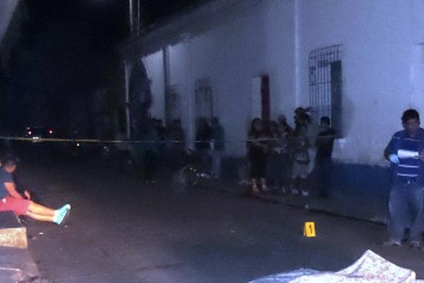 <p>Las autoridades investigan el crimen. (Foto Prensa Libre: Edwin Paxtor)</p>