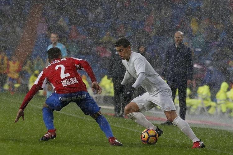 Zinedine Zidane observa a James Rodríguez durante el partido de este sábado. (Foto Prensa Libre: EFE)