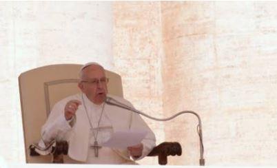 Papa se dirige a las madres del mundo durante la audiencia de los miércoles en el Vaticano. (Foto del sitio aciprensa.com)