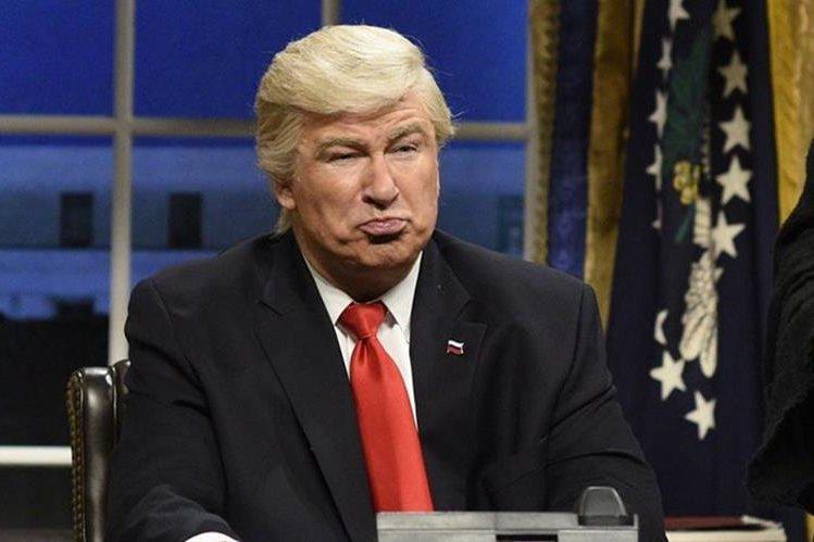 """""""Saturday Night Live"""" (SNL), de NBC, aspira a 22 premios Emmy, por una serie de """"sketchs"""" de Alec Baldwin como Donald Trump."""