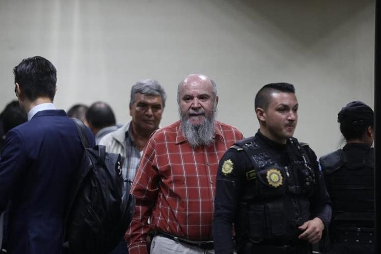 Lo exdirectivos de la AEAU, Mario Enrique Vargas Salazar y Rudy Leonel Maldonado Castillo se entregaron en el Juzgado Undécimo Penal. (Foto Prensa Libre: Óscar Rivas)