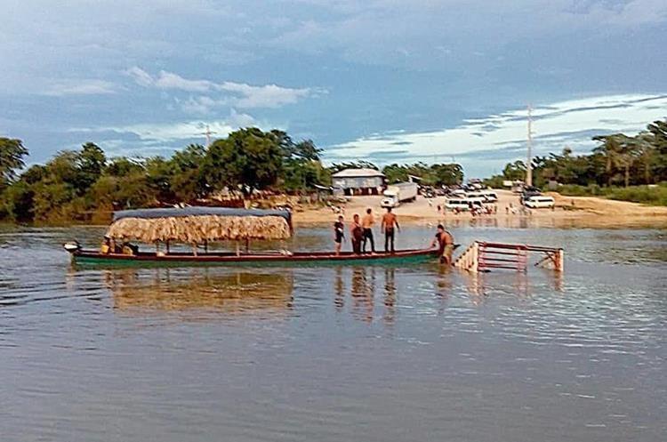 Vecinos buscan el taxi que en el río La Pasión, en Sayaxhé, Petén. (Foto Prensa Libre: Dony Stewart).