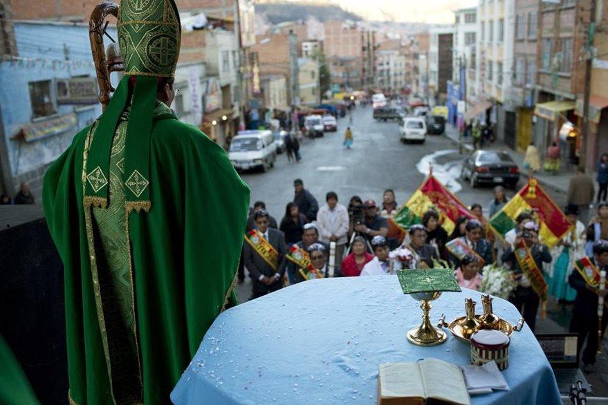 """Richard Lipacho efectúa una """"misa"""" en un mercado de La Paz, Bolivia. (Foto Prensa Libre: AP)"""