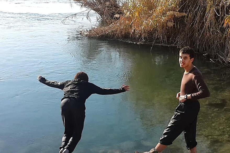 Dos yihadistas toman un baño en las aguas del rio Éufrates, el mismo donde, en sus orillas, han decapitado a decenas de rivales. (Foto Prensa Libre: AP).