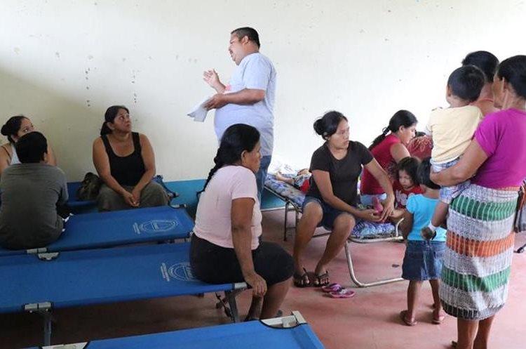 Familias permanecen en el albergue de la Escuela de Niños Especiales en Cuyotenango.(Foto Prensa Libre: Cristian Soto)