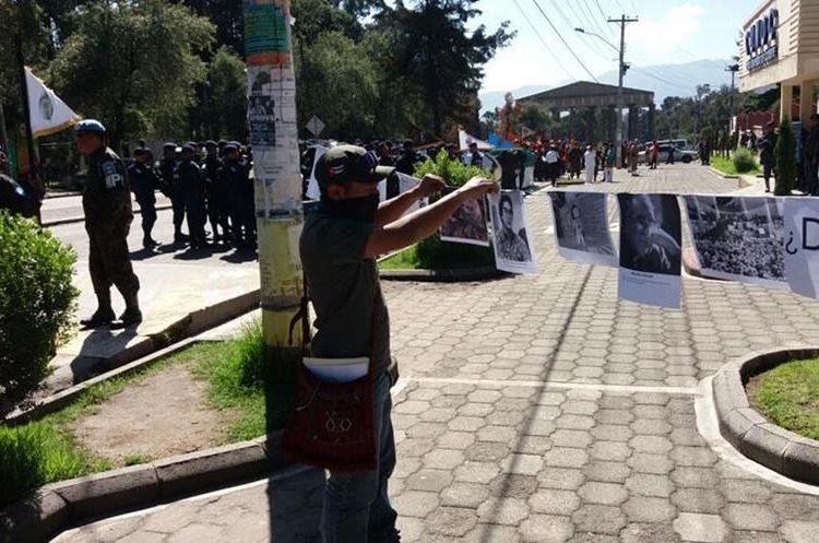 Los estudiantes critican que las autoridades decidieran efectuar el desfile militar en Quetzaltenango. (Foto Prensa Libre: María  José Longo)