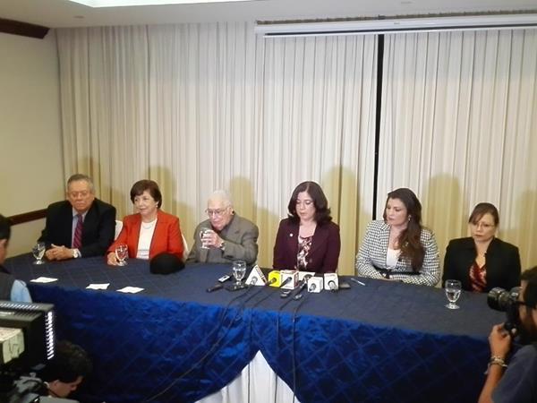 Claudia Escobar -al centro- explica las razones por las que considera que Blanca Stalling debe renunciar a la CSJ. (Foto Prensa Libre: Joel Suncar)