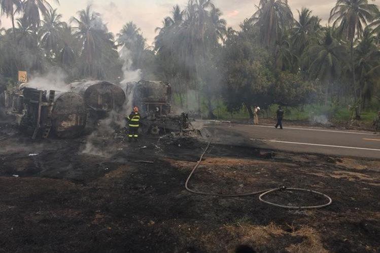 Socorristas trabajan para extinguir las llamas y recuperar los cadáveres calcinados, luego del mortal accidente. (Foto Prensa Libre: Policía Federal de México)