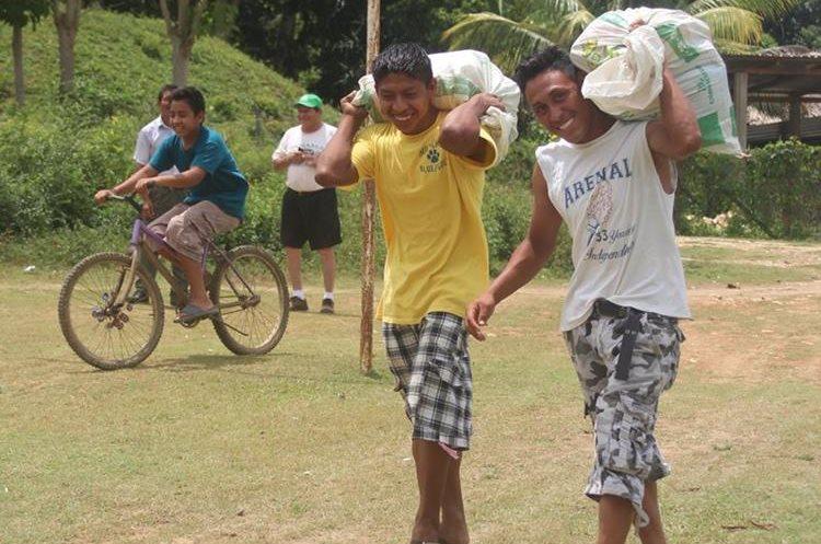 En la zona de adyacencia, beliceños y guatemaltecos comparten en fraternidad. (Foto Prensa Libre: Rigoberto Escobar)