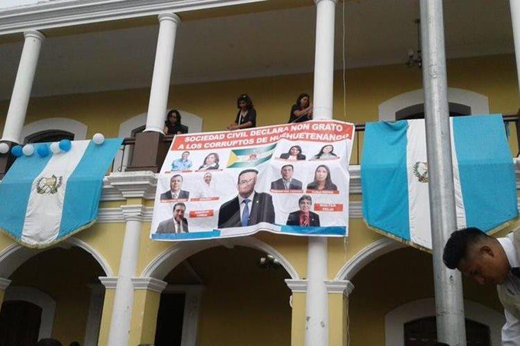 Manta en rechazo a legisladores. (Foto Prensa Libre: Mike Castillo).
