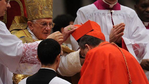 Raymond Burke, el único de los cuatro cardenales que firmaron la carta que sigue en funciones, fue nombrado cardenal por el papa Benedicto XVI, en 2010. AFP / GETTY IMAGES