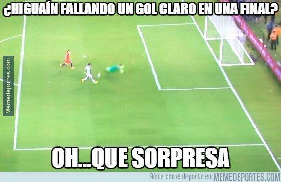 El delantero argentino Gonzalo Higuaín provocó varias burlas en las redes sociales por errar una clara opción de anotar en la final contra Chile (Foto Prensa Libre: tomada de internet)